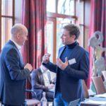 Stefan Hammersen unterhält sich während der Pause mit einem interessierten Teilnehmer